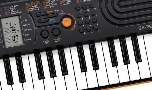 Gros plan sur le CASIO SA-76 orange